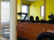 玄関から続くガレージ空間